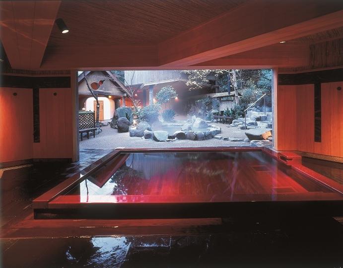 天山男子内湯 古代檜にうるし塗りの湯殿。源泉100%かけ流し。熱湯好きにはたまらない湯上がりの荘快感がやみつきになります。