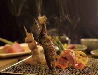 囲炉裏で食べる、お魚やお肉の串焼きはオススメです。